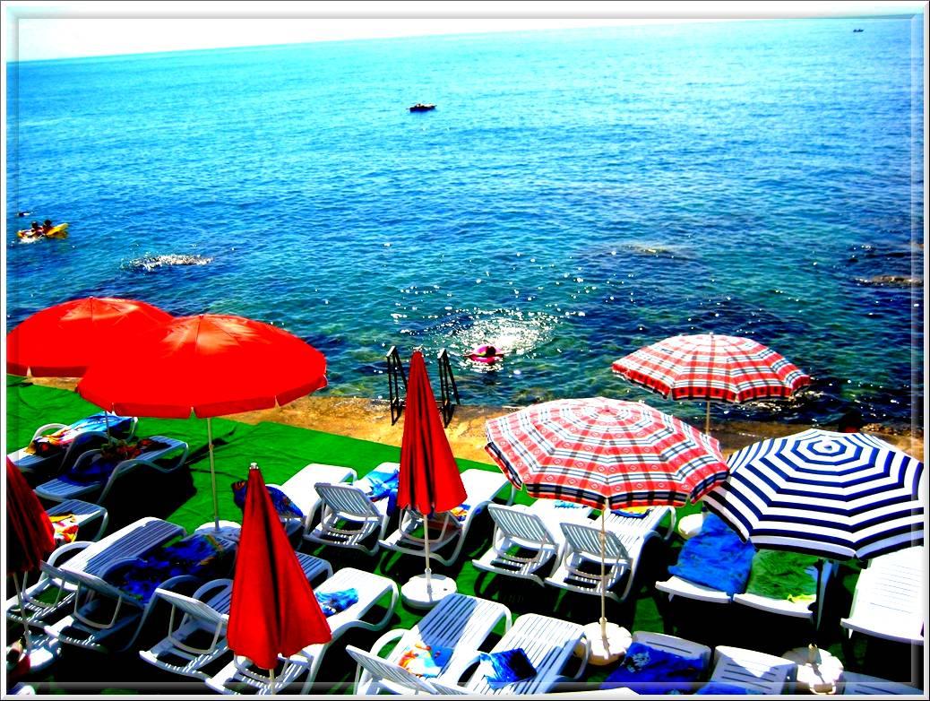 """Пляж вблизи комфортного жилья в Алупке - отеля """"Анастасия""""."""